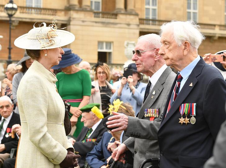 Фото №1 - Почему принцесса Анна отказалась от рукопожатий с поклонниками