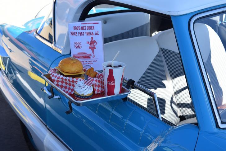 Фото №1 - Самые опасные еда и напитки для перекуса за рулем