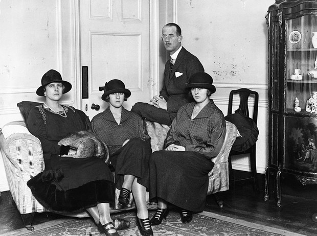 Фото №3 - Связи с нацистами и дурная репутация: как сестры принца Филиппа стали темной тайной Короны