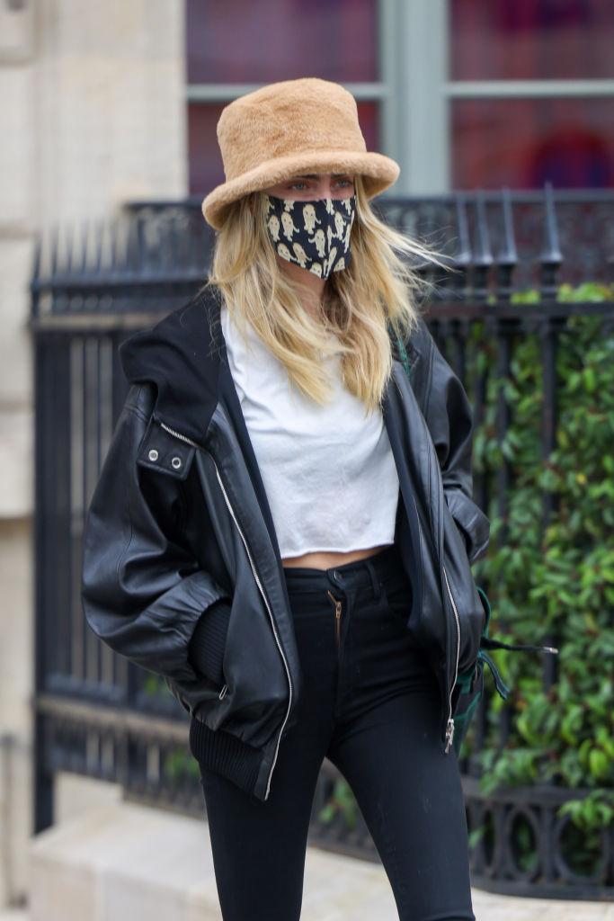 Фото №2 - Пушистая панама и объемная кожаная куртка: Кара Делевинь в Париже