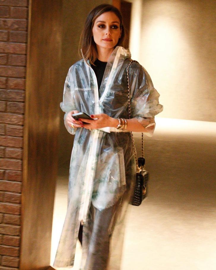 Фото №1 - Что носить в дождь? Оливия Палермо выбирает прозрачный дождевик c принтом в виде папоротника
