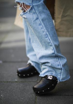 Фото №5 - Самая «уродливая» летняя обувь: как клоги вновь стали трендом
