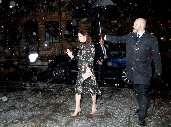 Фото №2 - Беременная Кейт Миддлтон не побоялась выйти на мороз в легком платье (все ради работы)