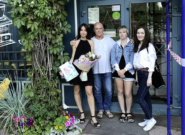 Юрий с дочерьми: Машей, Аней и Ребеккой. Фото: пресс-служба издательства