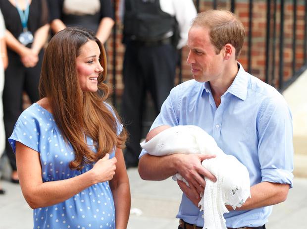 Фото №31 - Самые трогательные моменты трех выписок герцогини Кембриджской из роддома