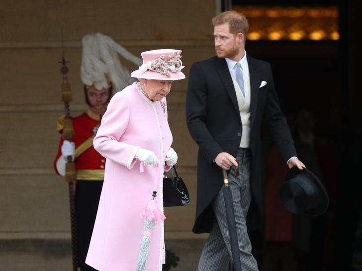 Фото №1 - От самого любимого внука до «врага семьи»: как менялись отношения принца Гарри и Королевы