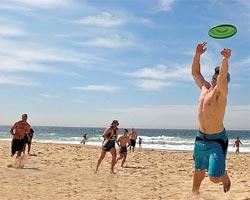 Игра в летающую тарелку — не просто приятная пляжная забава. Для кого-то это еще и серьезный вид спорта. Зародившийся в США, он распространился теперь по миру — в тарелки играют примерно в пятидесяти странах.