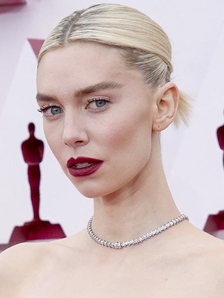 Фото №7 - Самые красивые мейки на премии «Оскар» 2021