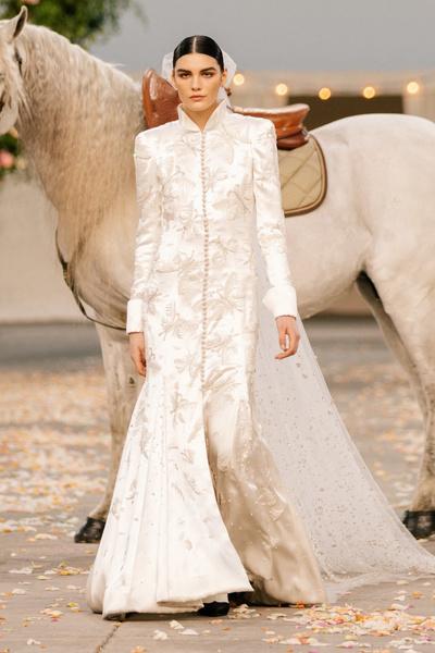 Фото №8 - Свадебная церемония и невеста на коне: самый неожиданный показ от Chanel