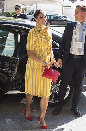 Фото №15 - Модный реверанс: принцессы и королевы в нарядах своих мам и свекровей