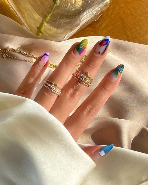 Фото №2 - Абстрактный маникюр: самые необычные дизайны для ногтей любой длины