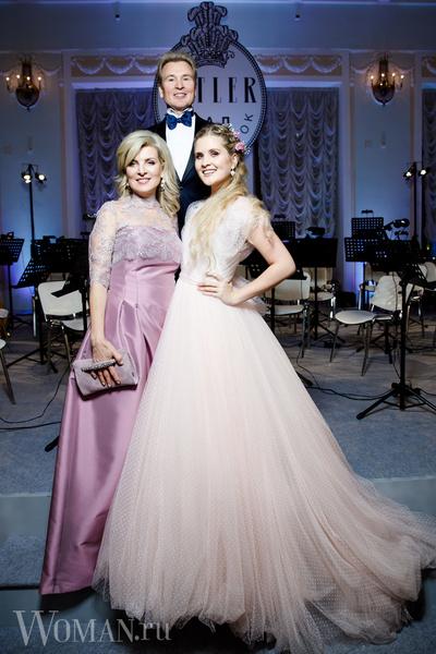 Фото №1 - Удар сумкой Dior: Эмма Малинина защитила дочь от назойливого поклонника
