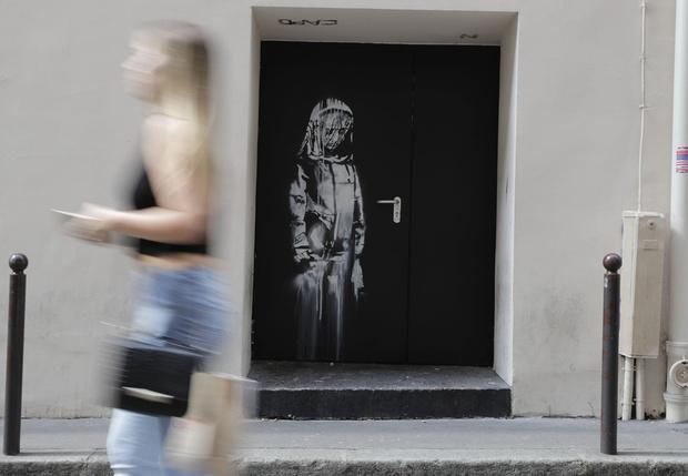 Фото №1 - В Италии нашли дверь с граффити Бэнкси, украденную из парижского театра Батаклан