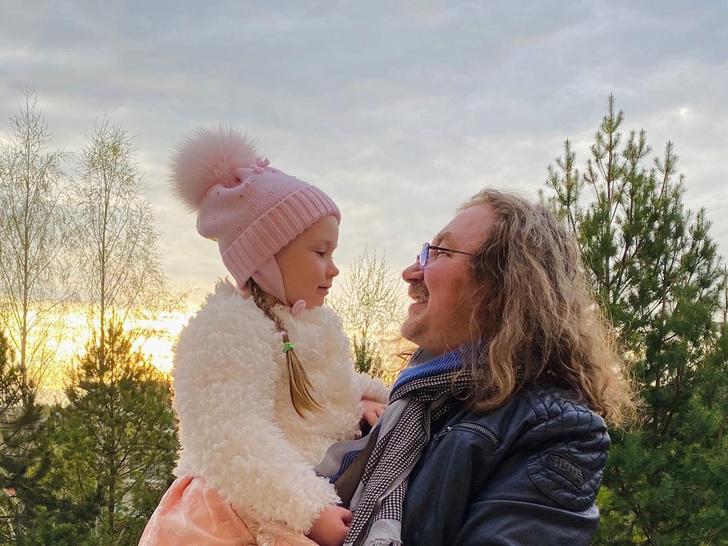 Фото №1 - Надо видеть: 4-летняя дочь Игоря Николаева нарядила папу