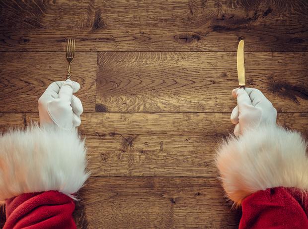 Фото №1 - Как правильно питаться в новогоднюю ночь (и остаться в живых)