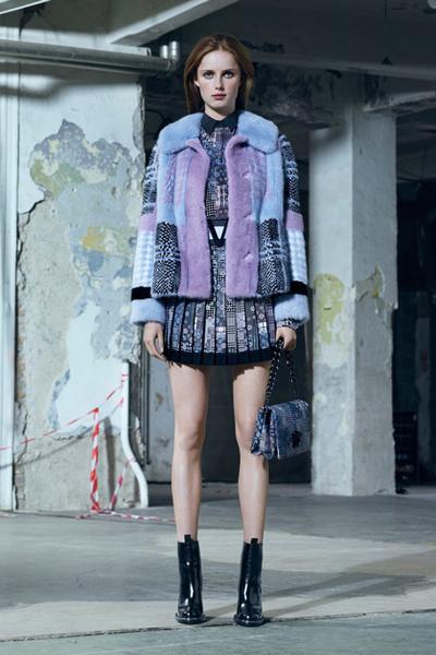 Фото №2 - Тенденция осени: пальто из меха с принтом
