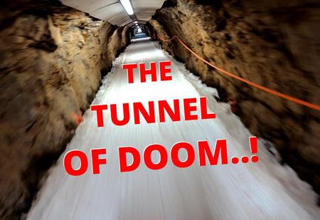 Видео спуска по одной из самых сложных горнолыжных трасс (включая проезд через тоннель)