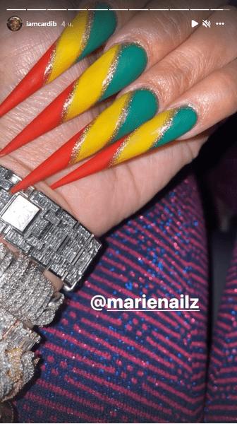 Фото №2 - Трехцветный маникюр: яркий и трендовый нейл-дизайн для длинных ногтей от Карди Би