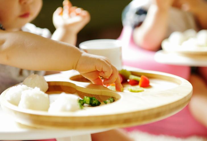 Ребенок ест руками