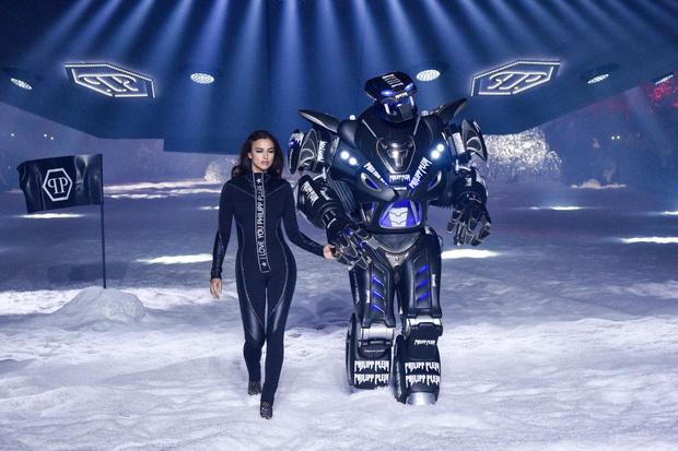 Фото №2 - Ирина Шейк прошлась по подиуму с настоящим роботом