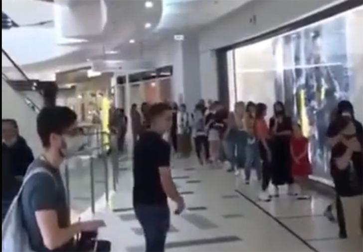 Фото №1 - В Краснодаре открыли ТЦ, и люди сразу выстроились в очередь до горизонта (видео)