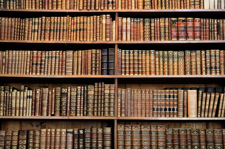 Фото №1 - Почему, когда читаешь названия на корешках русских книжек на полке, голову надо наклонять влево, а английских — вправо?