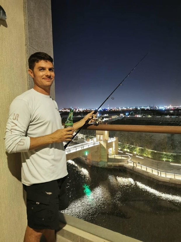 Фото №2 - В Дубае мужик поймал рыбу с балкона на высоте 15 метров (видео)