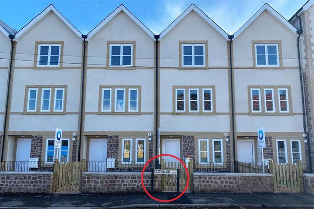 Фото №3 - Пользователи Reddit обнаружили смешную ошибку строителей на фотографии фасадов домов