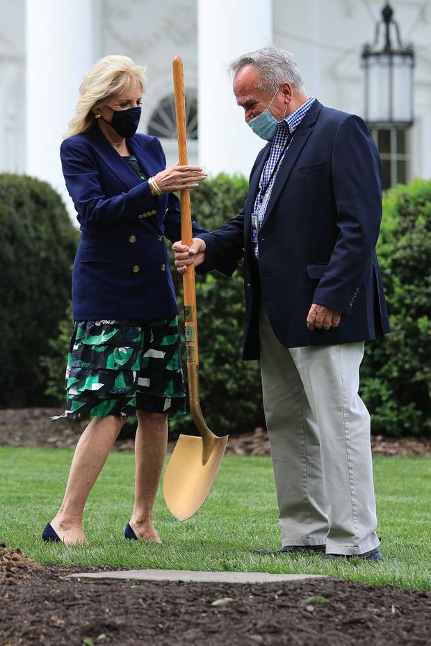 Фото №3 - В лучших традициях Мелании: первая леди Джилл Байден сажает деревья в летящей юбке и на каблуках
