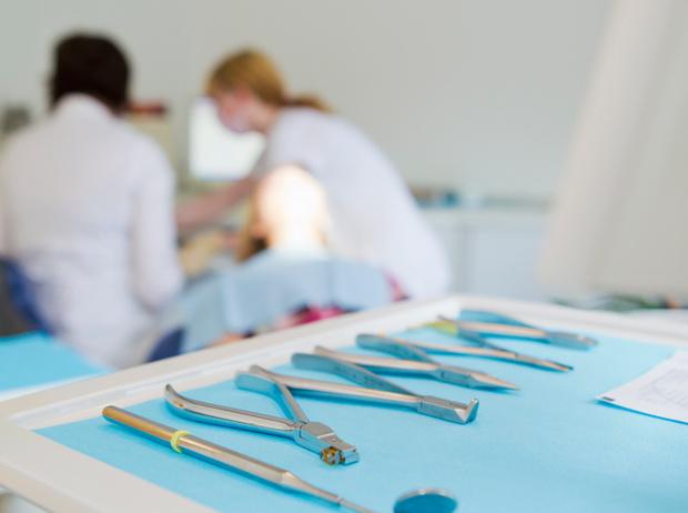 Фото №2 - Дентикюр, LED-подсветка зубов и еще 8 стомалогоческих процедур, о которых не знали наши мамы