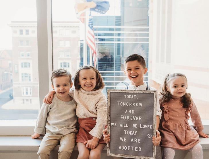 Фото №2 - Женщина усыновила четверых детей, а через год родила четверняшек