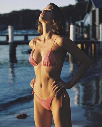Фото №2 - Сверкающий купальник невероятного персикового оттенка: Джорджия Фаулер на живописном пляже