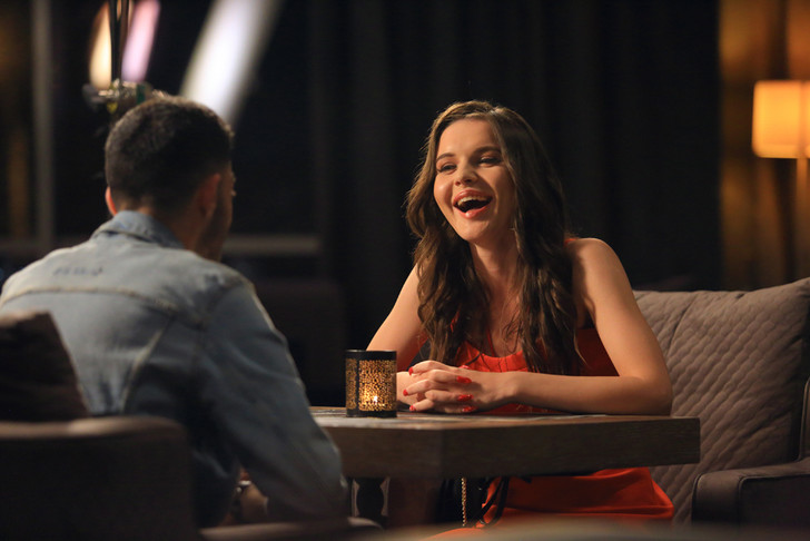 Фото №1 - «Наушники»: новое шоу о свиданиях на спор на СТС Love