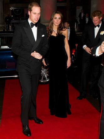 Фото №2 - Самый роскошный и смелый вечерний выход герцогини Кейт в ее королевской биографии