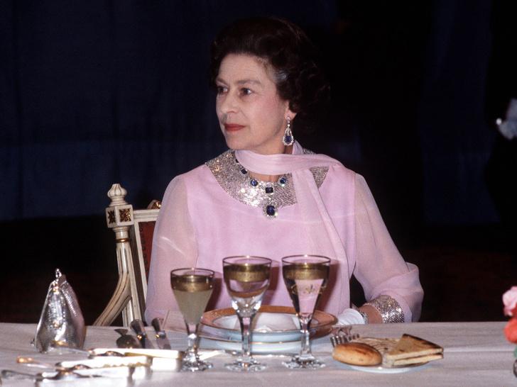 Фото №3 - Тайные знаки: как Ее Величество сообщает придворным, что нужно сменить блюдо