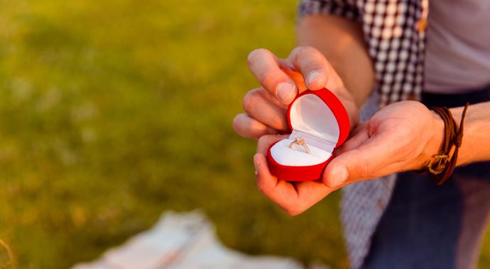 Мужчина сделал возлюбленной предложение, спрятав кольцо в еде из фастфуда