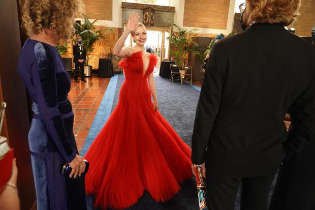 Фото №2 - Самые стильные образы с премии Оскар 2021 🌟