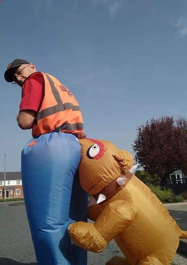 Фото №2 - Британский почтальон пришел на работу в костюме в виде собаки, кусающей его зад, но Королевская почта оказалась не в восторге (фото)