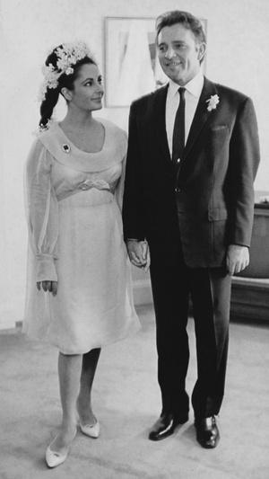 Фото №11 - Привычка жениться: 8 свадебных платьев и 7 мужей Элизабет Тейлор