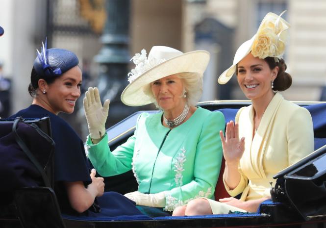 Фото №3 - Герцогиня Меган впервые появилась на публике после родов