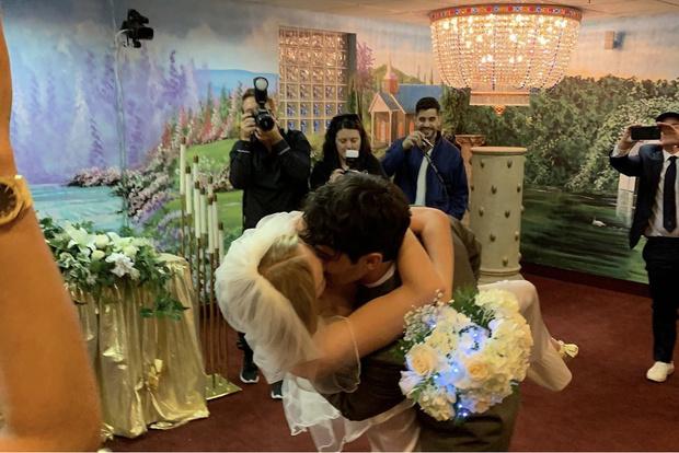 Фото №3 - Из неизданного: Софи Тернер поделилась новыми свадебными фото в годовщину церемонии. И они сумасшедшие