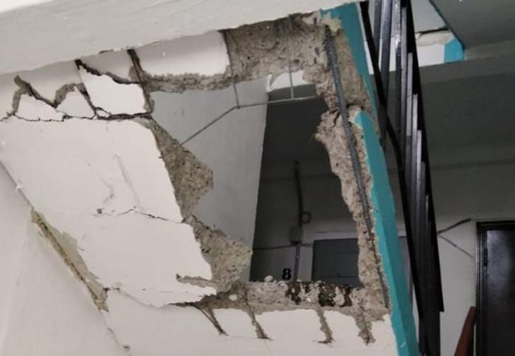 Фото №1 - На Урале во время ремонта лифта случайно сломали два лестничных пролета (фото)