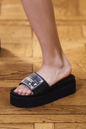 Фото №7 - Самая модная обувь весны и лета 2021: советы дизайнеров