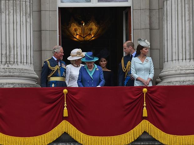 Фото №5 - Почему Меган Маркл стояла на балконе рядом с Королевой (а Кейт – никогда)