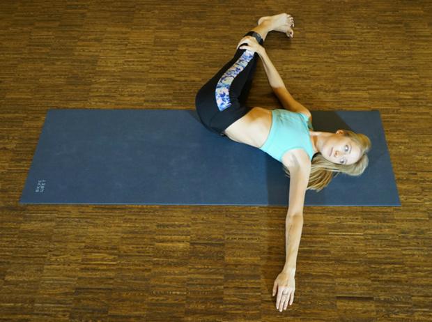 Фото №9 - Йога для трудоголиков: 5 простых асан, которые избавят от боли в спине