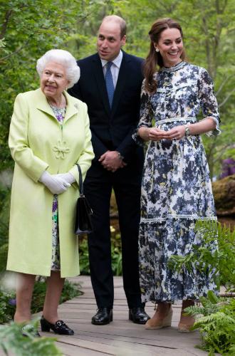 Фото №2 - О чем говорит невероятно теплое приветствие королевы и Кейт Миддлтон в Челси