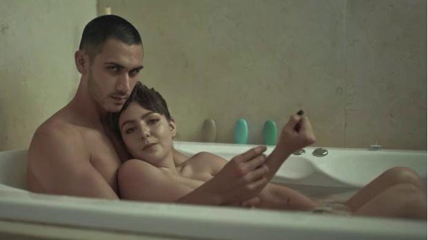 Фото №5 - Уведи родителей от экрана! Самые горячие сцены в фильмах и сериалах Netflix 🔥