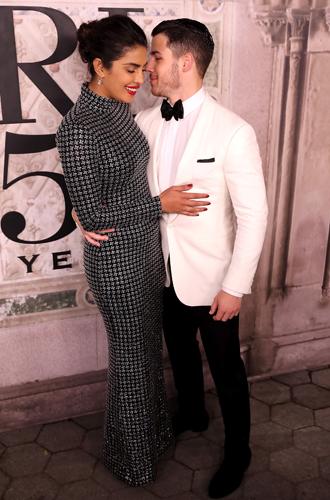 Фото №3 - Приянка Чопра и Ник Джонас повторили помолвочный снимок Меган и Гарри