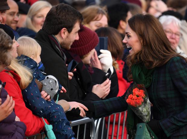 Фото №5 - Почему герцогиня Меган носит с собой перчатки, но не надевает их