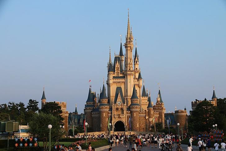 Фото №1 - В Японии заново открыли Disneyland, но запретили кричать на американских горках